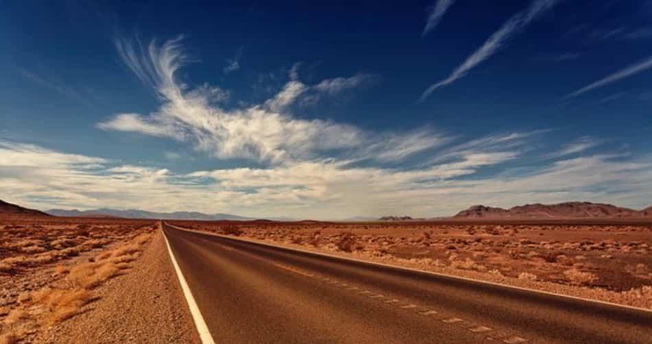 Nel grande spazio deserto di Black Rock dominano l'afa, il sole