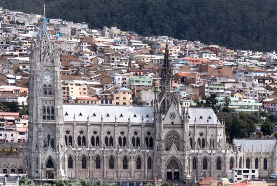 Patrimonio dell'Umanità dall'Unesco per la sua architettura coloniale a tratti decadente, per le sue piazze eleganti e luminose, le chiese bianche,
