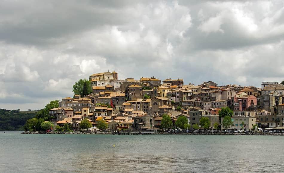 è ricco di laghi: Bracciano, Martignano, Vico e Bolsena