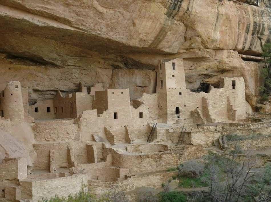 quel pueblo nascosto poeticamente e ostinatamente nella fenditura di un canyon