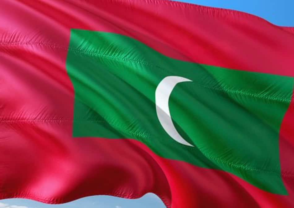 La bandiera maldiviana ha questo significato: il verde rappresenta la vita, il progresso e la prosperità; la mezzaluna rappresenta la fede islamica nazionale