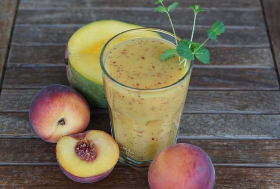 Come frutta abbondano mango, papaya pesche e banane, usate anche per i cocktails.