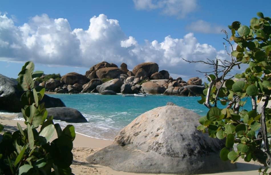 la meravigliosa spiaggia di Virgin Gorda coi suoi grandi massi di granito